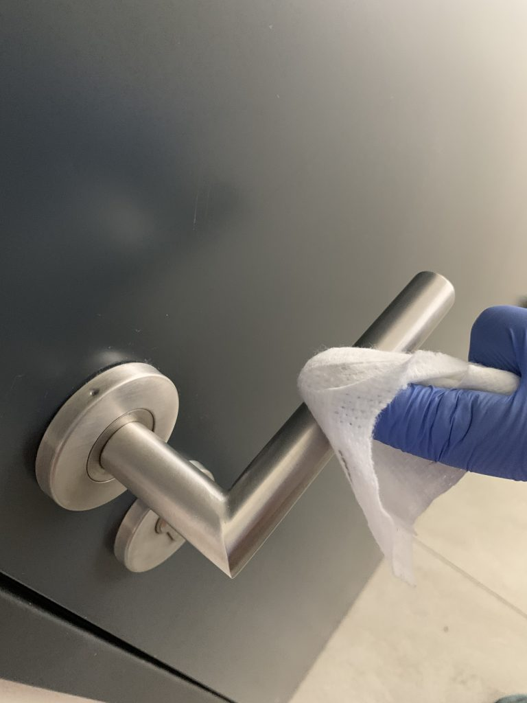 Aplikace desinfekční nano impregnace na klikách dveří